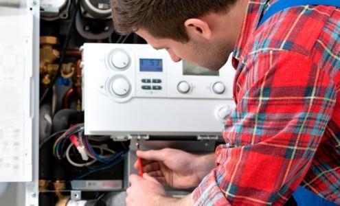 Monteur bei Arbeiten an der Gasheizung - Gasinstallation
